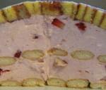 Raffinierte Frühlingstorte à la Charlotte Royal mit Roulade und Erdbeer-Buttermilch-Topfen-Creme.