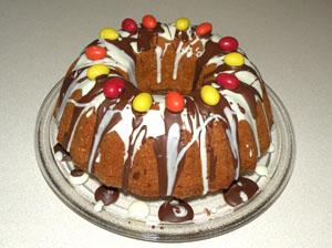 Einfacher, schnell zubereiteter Rührteig-Kuchen mit Osterdekoration.