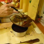 Glasur auf einer Marmorplatte streichen.